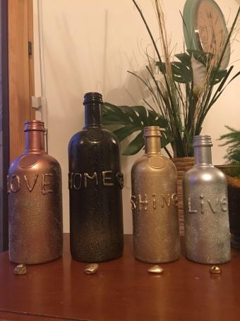 Up cycling : soliflores ou bougeoirs fabriqués avec des bouteilles de verre
